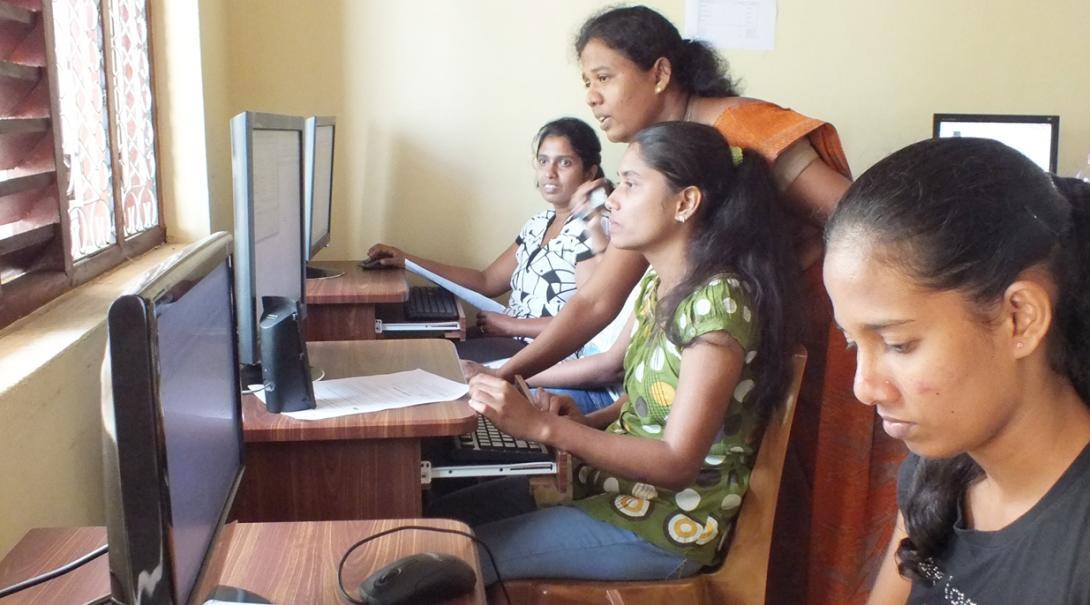 ITスキルを習うスリランカの人々